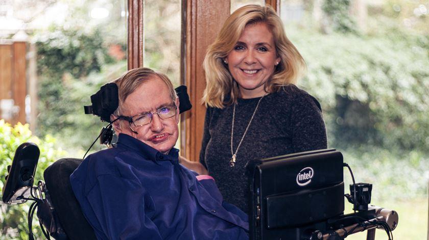 """Hawking enterrado ao lado de Newton e Darwin. """"Quem me dera que ele soubesse"""", diz filha"""