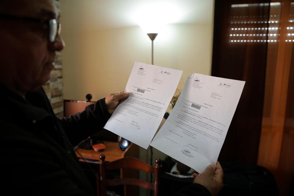 Luiz guardou todas as cartas que recebeu do hospital com indicação da data de adiamento das consultas de urologia. Foto: Joana Gonçalves/ RR