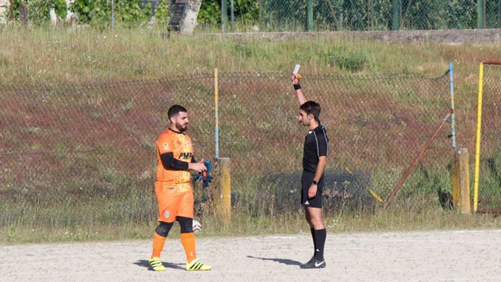 Luís Rodrigues a receber o cartão branco, no momento em que reentrou em campo, depois de ter assistido um adepto da equipa adversária. Foto: DR