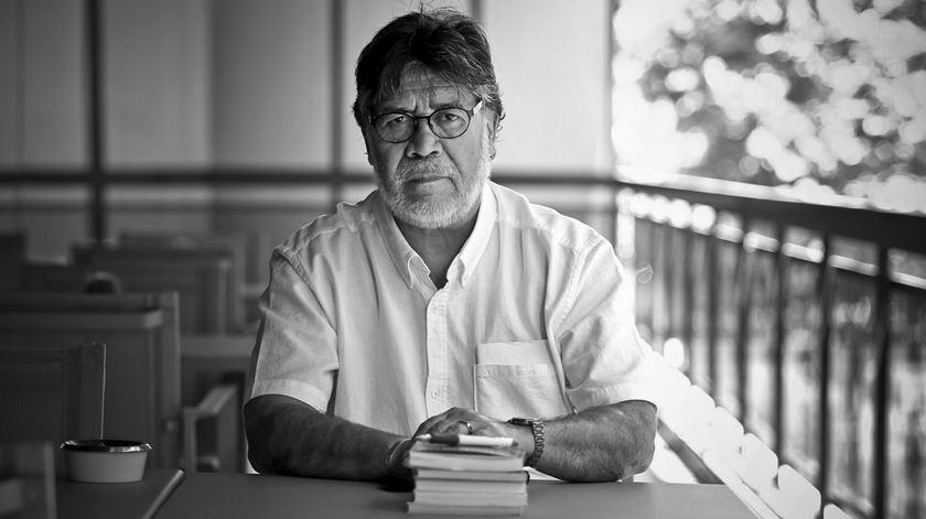 """Um escritor dedicado """"às histórias dos pequenos e derrotados"""". Luis Sepúlveda morre aos 70 anos"""
