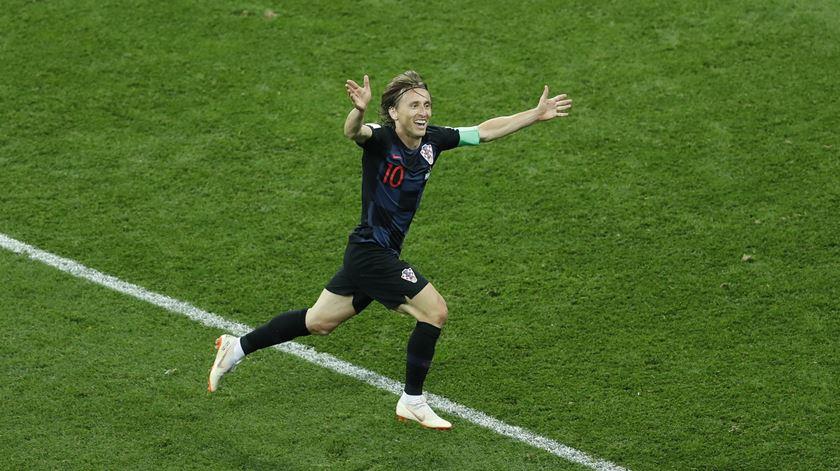 """Que tiro foi esse, Modric? Veja a """"bomba"""" que põe a Argentina a caminho de casa"""