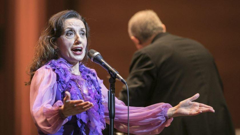 """""""Olá, sou Luz Casal, como estás?"""" Cantora espanhola transmite palavras de ânimo ao telefone"""