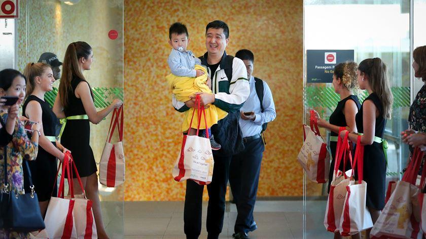 Turistas chineses à chegada ao Aeroporto Humberto Delgado, no primeiro voo regular entre China e Portugal, em julho de 2017. Foto: Mário Cruz/Lusa