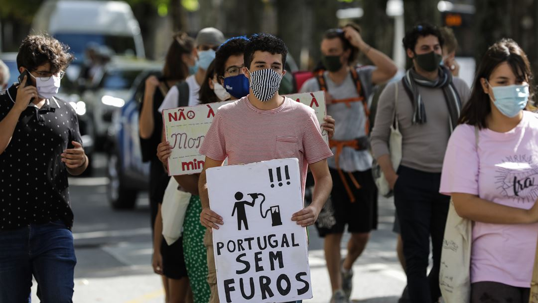 Esta é a primeira greve climática estudantil em pandemia, com os jovens manifestantes a cumprirem o distanciamento e a usarem máscara por causa da Covid-19. Foto: Paulo Novais/Lusa
