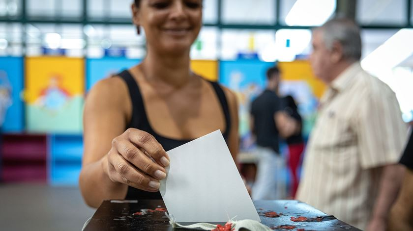 Mesas de voto abriram às 8h00 e encerram às 19h00. Sabe onde votar?