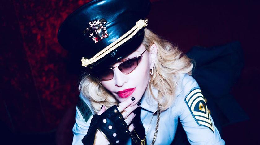 """Madonna canta """"Sodade"""" de Cesária Évora, ao lado de Dino D'Santiago, no Coliseu de Lisboa"""