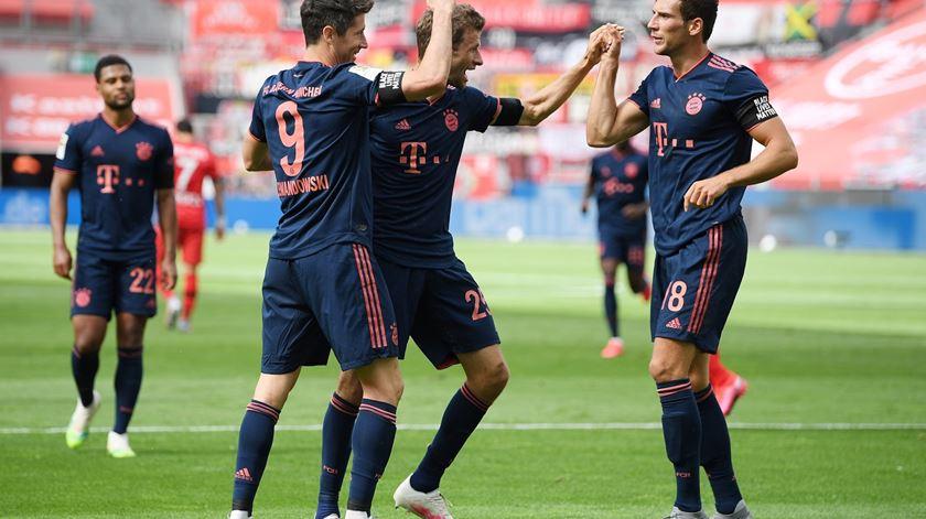 Bayer ainda assusta, mas Bayern acaba por esmagar