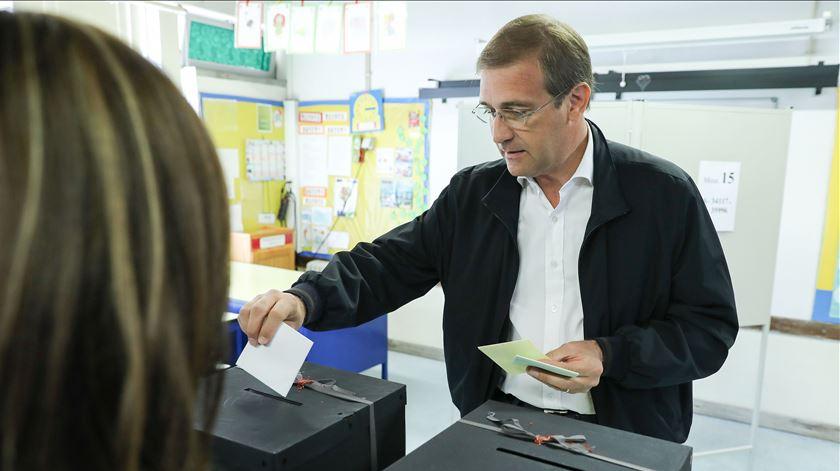 A mesa de voto do líder do PSD mudou: antes, era na Secundária Stuart Carvalhais, a 200 metros da escola primária onde votou hoje. Foto: Miguel A. Lopes/Lusa
