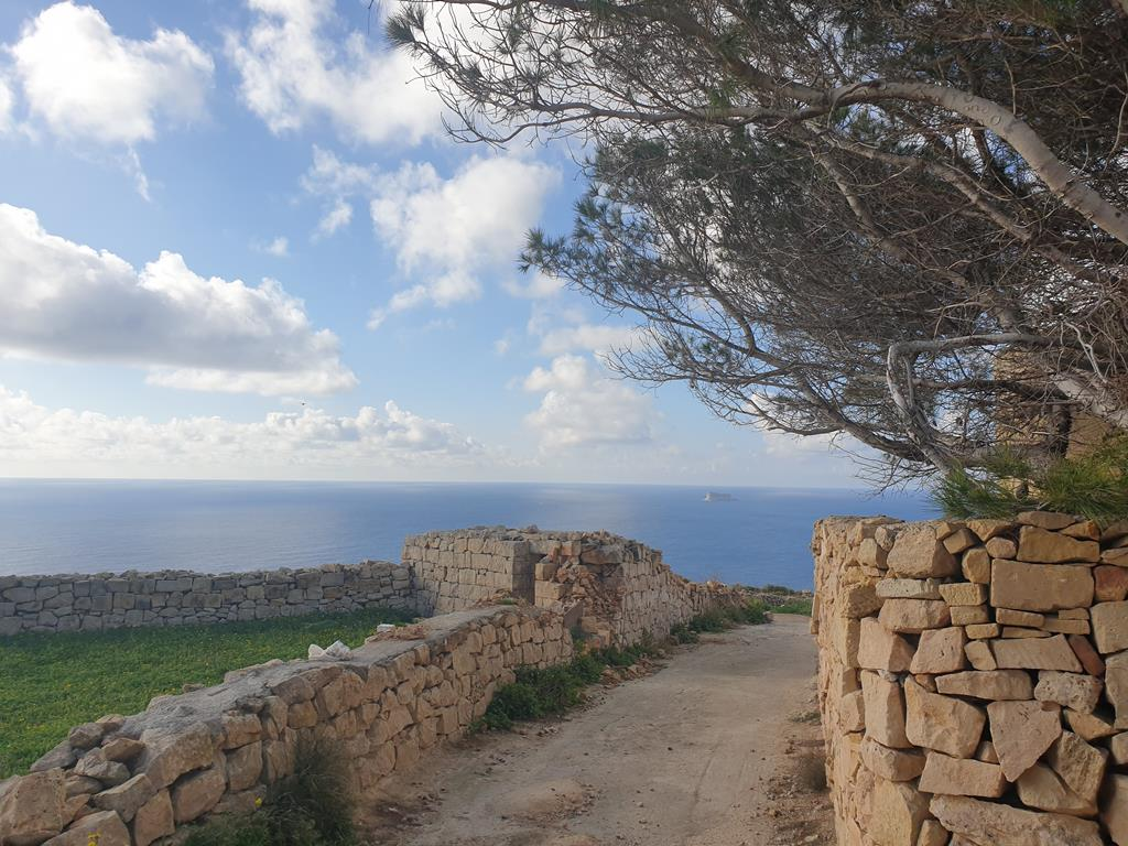 Vista de Zurrieq, em Malta, vendo-se a pequena ilha de Filfla. Foto: Paul Grech