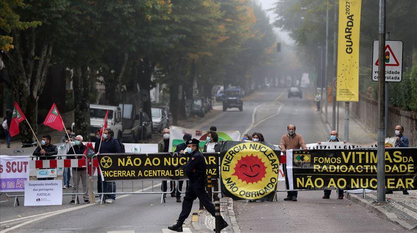 Cimeira Ibérica. Manifestantes exigem fecho de Almaraz, fim de portagens e reposição de comboios
