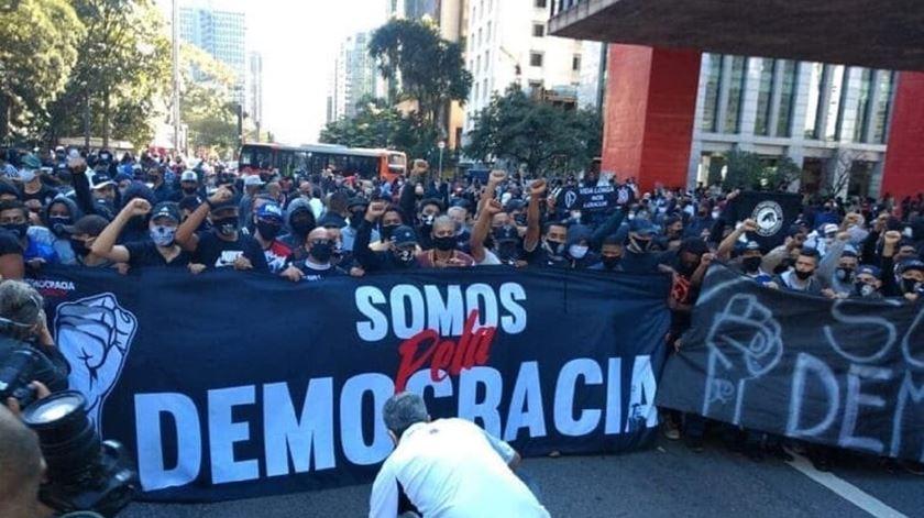 Protesto de claques contra Bolsonaro acaba em confrontos em São Paulo