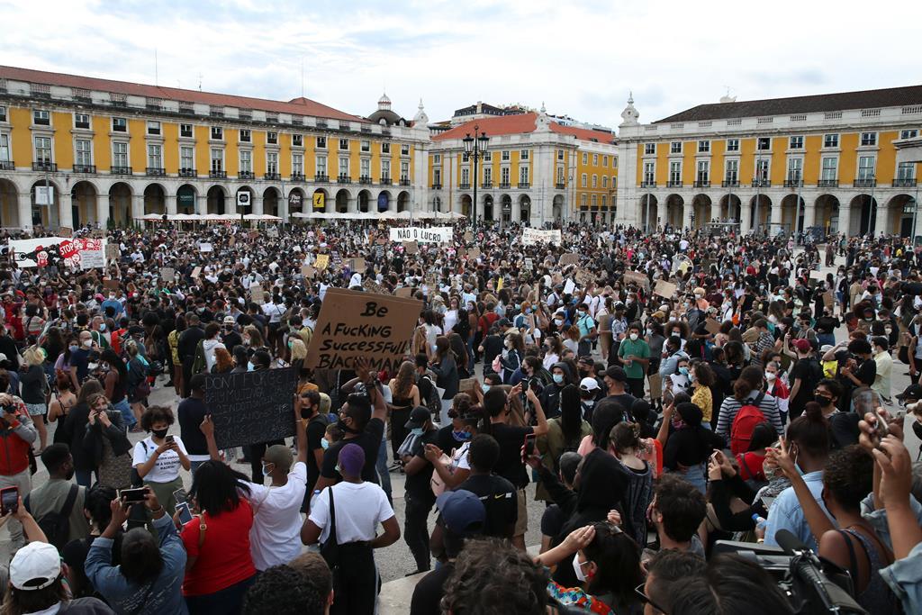 Os protestos antirracistas chegaram ao mundo inteiro, incluindo em Portugal. Foto: Manuel de Almeida/Lusa