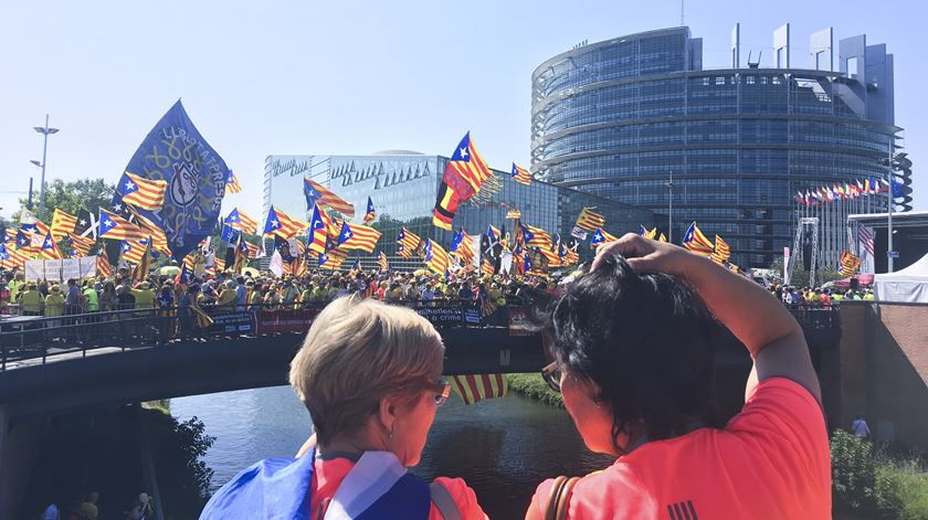 """Dez mil catalães em Estrasburgo exigem """"respeito pelo voto popular"""""""