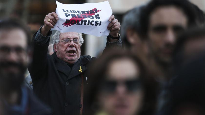 """Dezenas concentram-se em Lisboa a exigir a """"libertação dos presos políticos"""" catalães"""