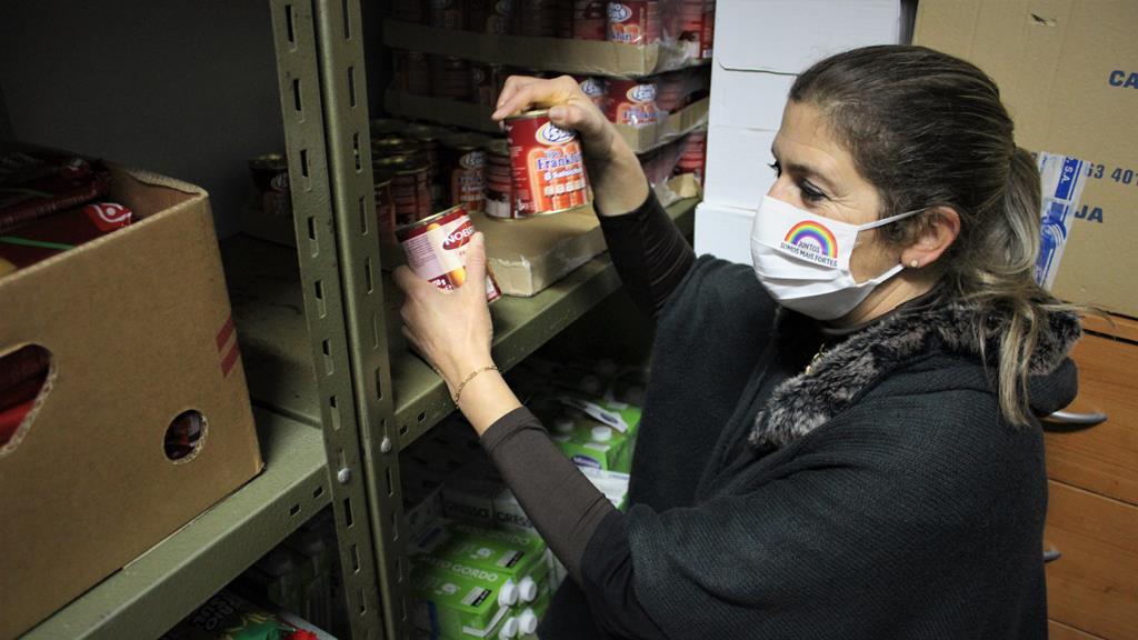 Diretora técnica da Cáritas Diocesana de Viseu prepara mais um cabaz com o que há. Foto: Liliana Carona/RR