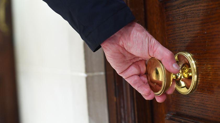 Covid-19. Empresa portuguesa vai produzir dispositivo para abrir portas sem usar as mãos