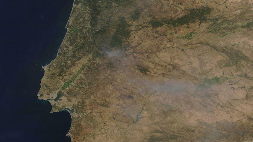 Imagens captadas por satélite revelam a área ardida nos distritos de Castelo Branco e Santarém. Foto: NASA