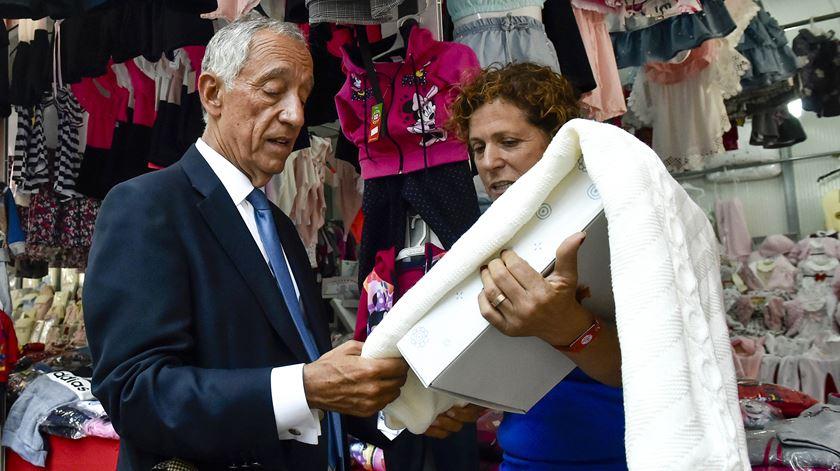 O Presidente da República, em conversa com uma feirante, na Feira de S- Mateus. Foto: Nuno André Ferreira/ Lusa