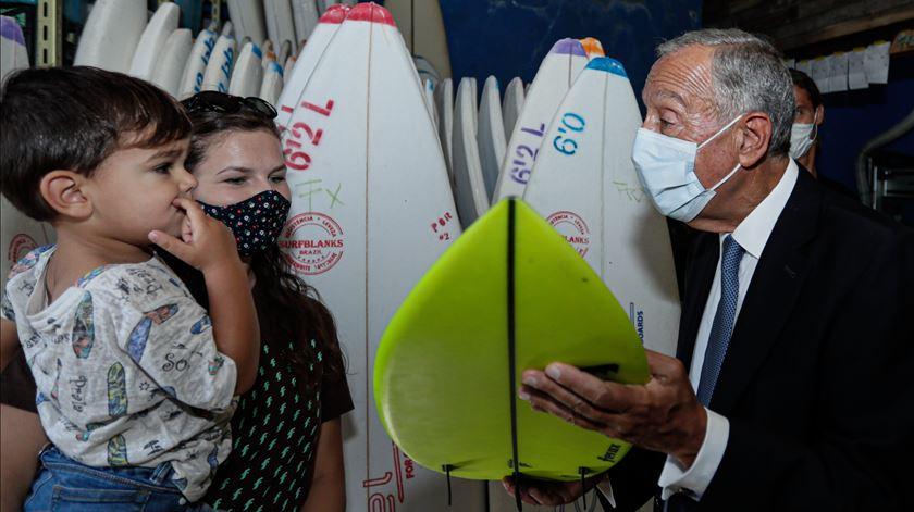 Marcelo Rebelo de Sousa visita fábrica de pranchas de cortiça, em São Brás de Alportel. Foto: Luís Forra/Lusa