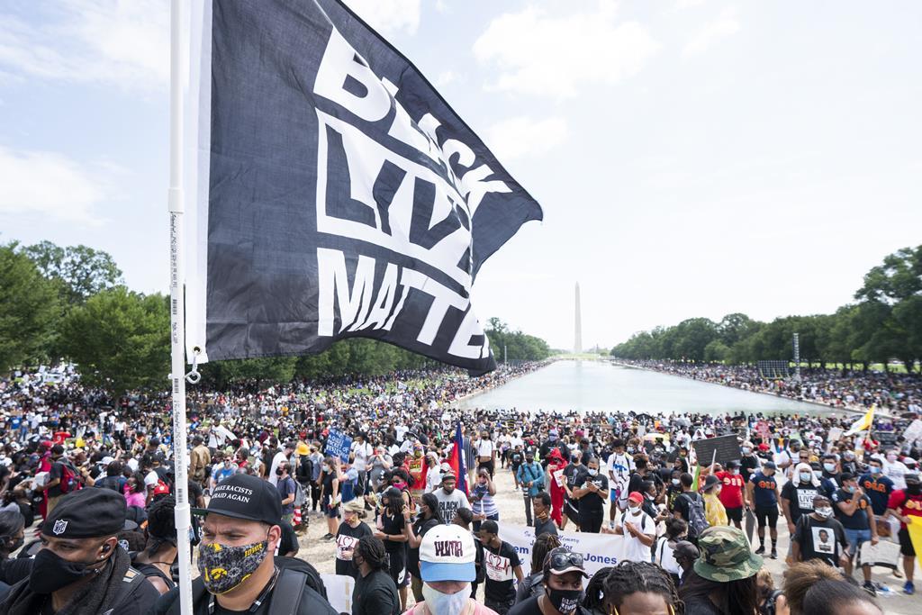 George Floyd tornou-se num símbolo do movimento Black Lives Matter nos Estados Unidos, contra o racismo e a violência policial. Foto: Jim Lo Scalzo/EPA