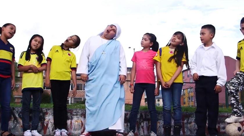 """A freira """"rapper"""" que vai cantar na recepção ao Papa na Colômbia"""
