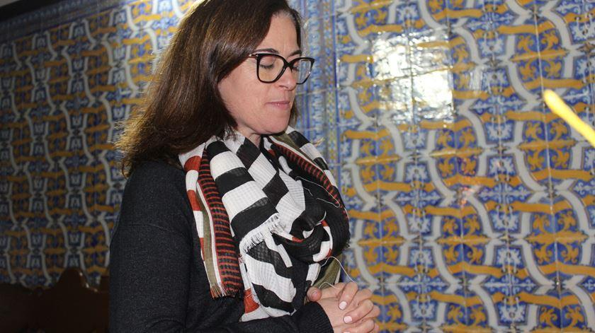 Marília Ferreira, professora do primeiro ciclo, faz a celebração da palavra ao domingo na Mesquitela. Foto: Liliana Carona/RR