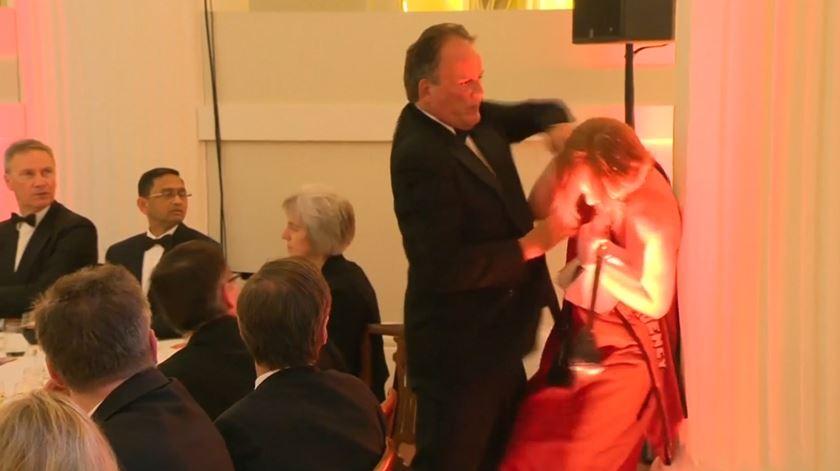 Secretário de Estado britânico suspenso depois de maltratar ativista