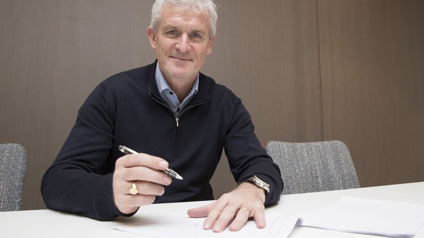 "Hughes assinou contrato pelos ""saints"". Foto: Southampton FC"
