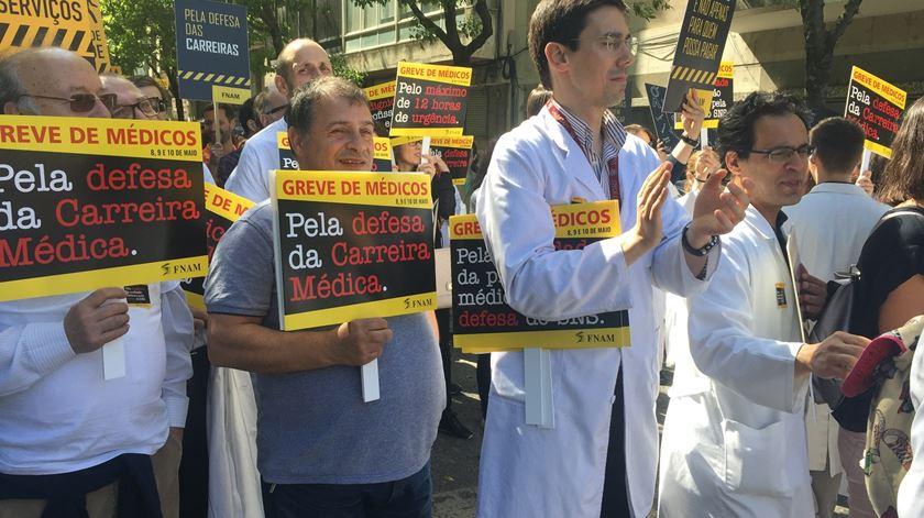 Médicos em protesto. Cabe ao Governo dar o primeiro passo para retomar negociações