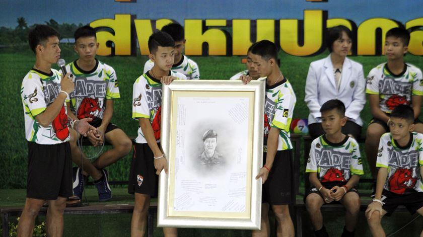 """""""Fazíamos turnos para escavar"""". Rapazes tailandeses descrevem dias na gruta"""