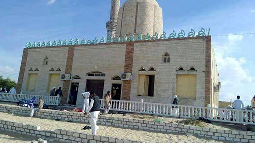"""Imã da mesquita atacada no Egipto: """"Atingiram qualquer pessoa que respirasse"""""""
