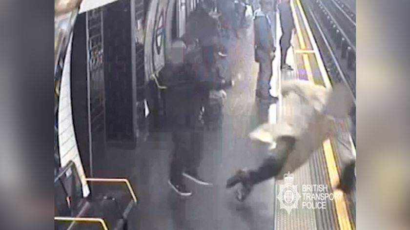 Prisão perpétua para homem que empurrou idoso para a linha do metro