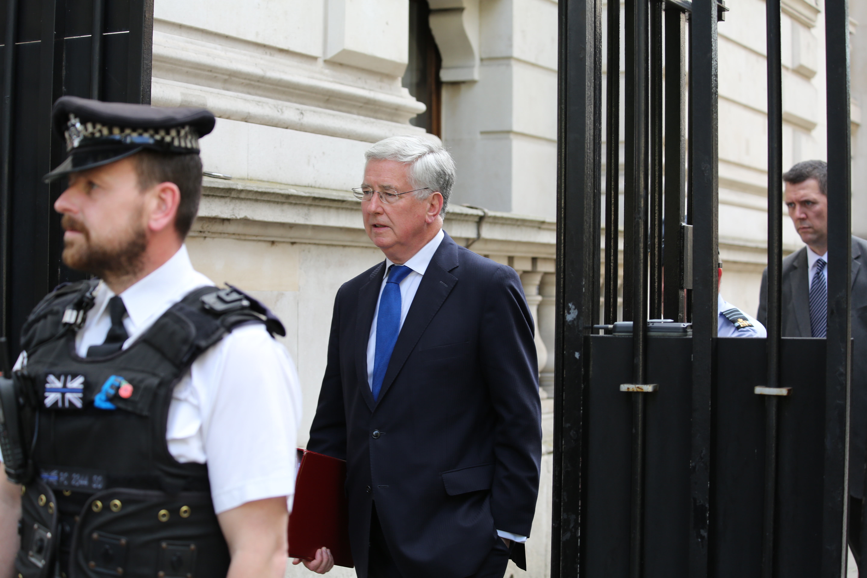 Políticos britânicos suspeitos de assédio. Ministro da defesa demite-se