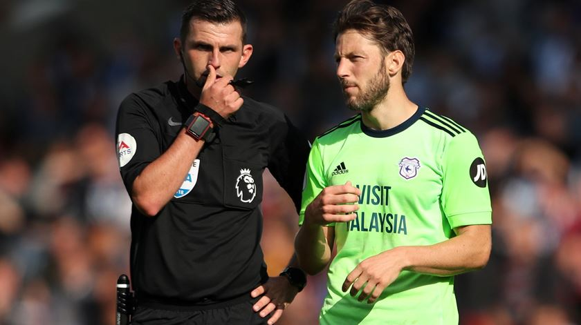 Michael Oliver é árbitro da Premier League desde 2010. Foto: Lee Smith/Reuters