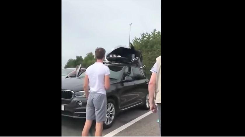 Família britânica descobre dois migrantes no tejadilho do carro