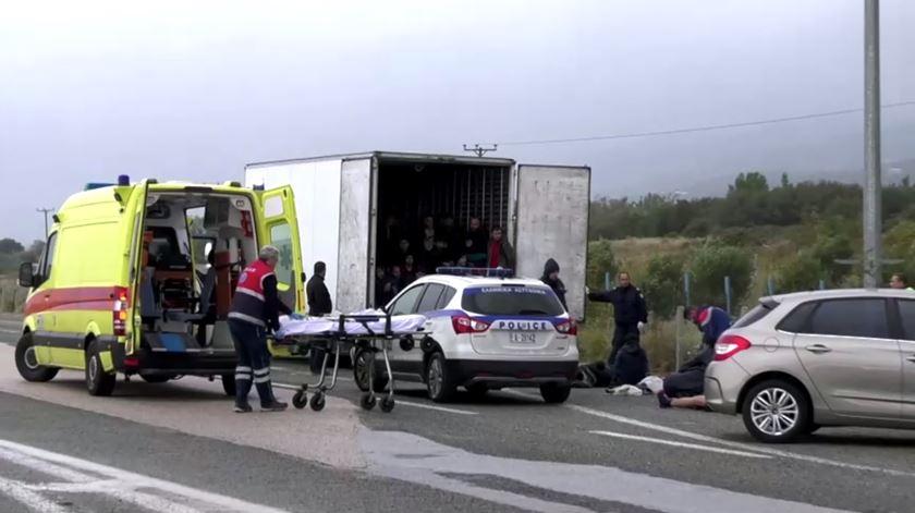 Mais de 40 migrantes encontrados vivos dentro de um camião na Grécia