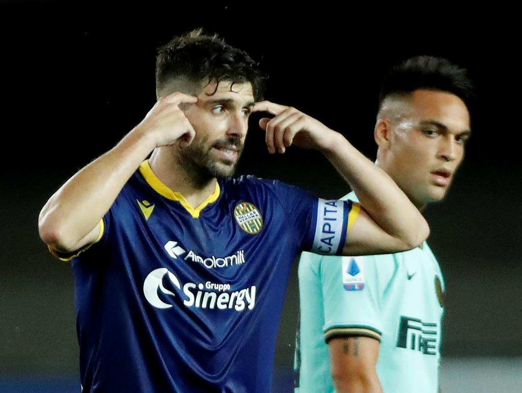 Miguel Veloso continuará a envergar a braçadeira de capitão por mais um ano. Foto: Alessandro Garofalo/Reuters