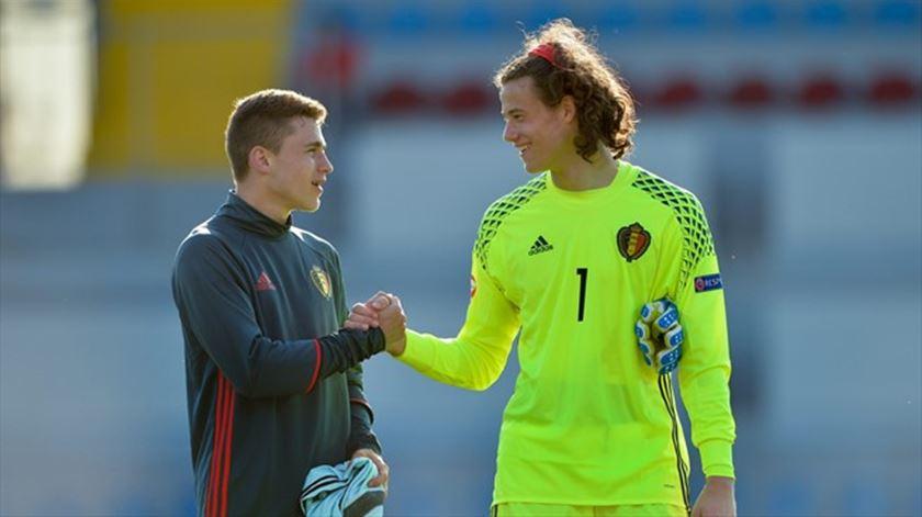 Mile Svilar é uma das grandes promessas do futebol belga. Foto: UEFA