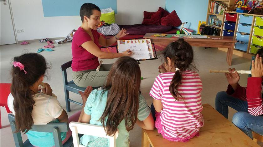 Professora portuguesa ensina música a crianças refugiadas em Berlim