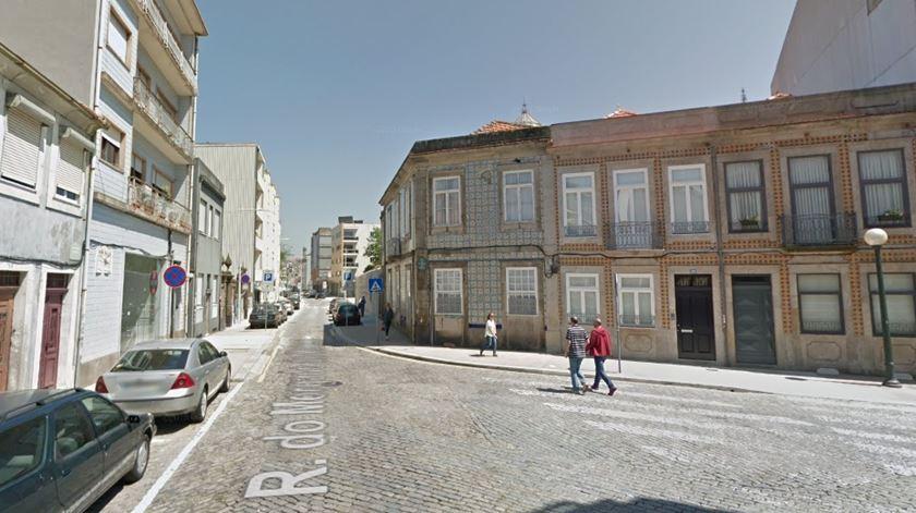 Carro embate em casa no centro do Porto e faz dois mortos