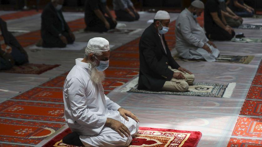 Muçulmanos rezam com distância de segurança e máscaras na Mesquita Central de Lisboa. Foto: Miguel A. Lopes/Lusa