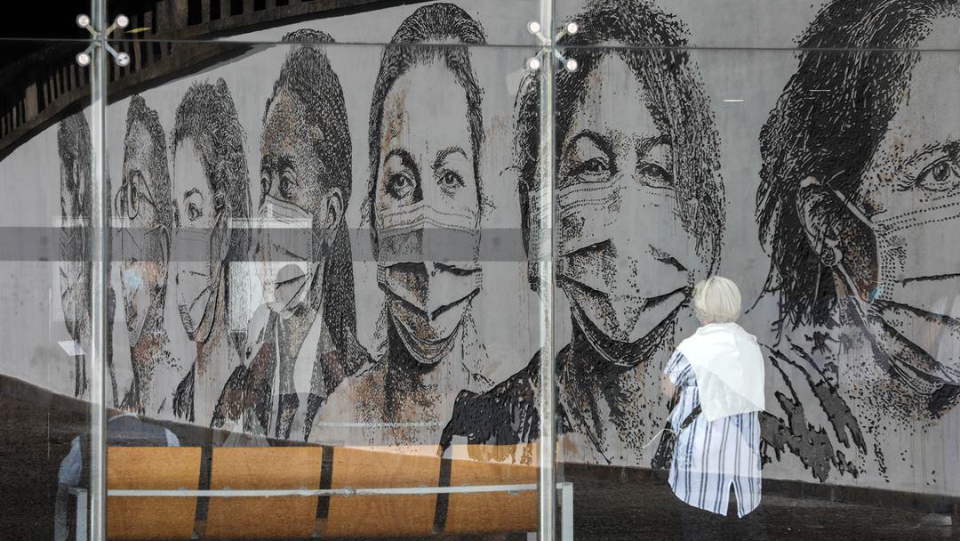 Mural do artista Vhils de homenagem aos profissionais de saúde no Hospital São João, pelo trabalho durante a pandemia da Covid-19. Foto: José Coelho/Lusa