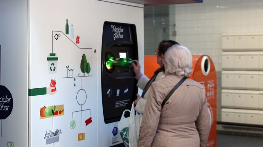 Reciclar dá descontos no mercado, no cinema e na piscina