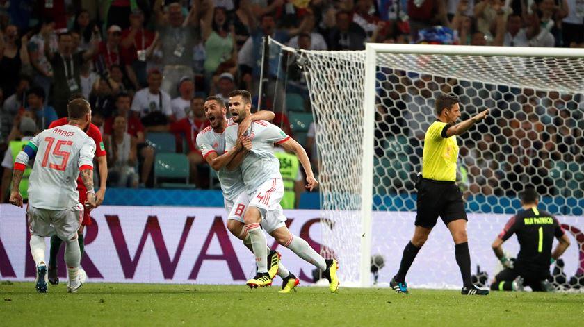 Nacho volta a dar vantagem à Espanha