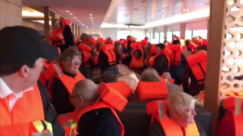As imagens do interior do cruzeiro que esteve à deriva junto à costa da Noruega