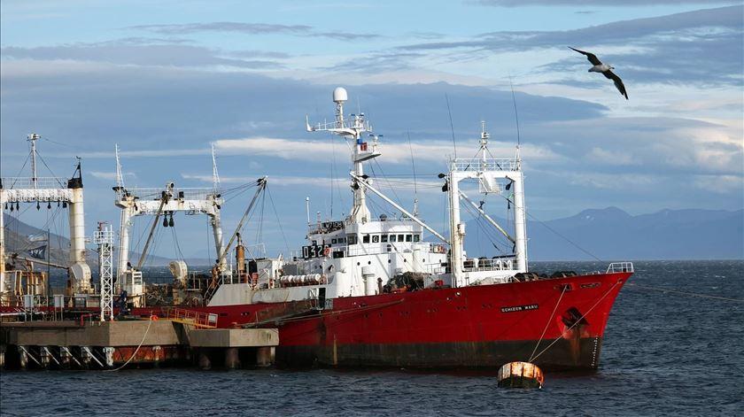 Mistério no mar. Pescadores infetados apesar de 35 dias sem contacto com terra firme