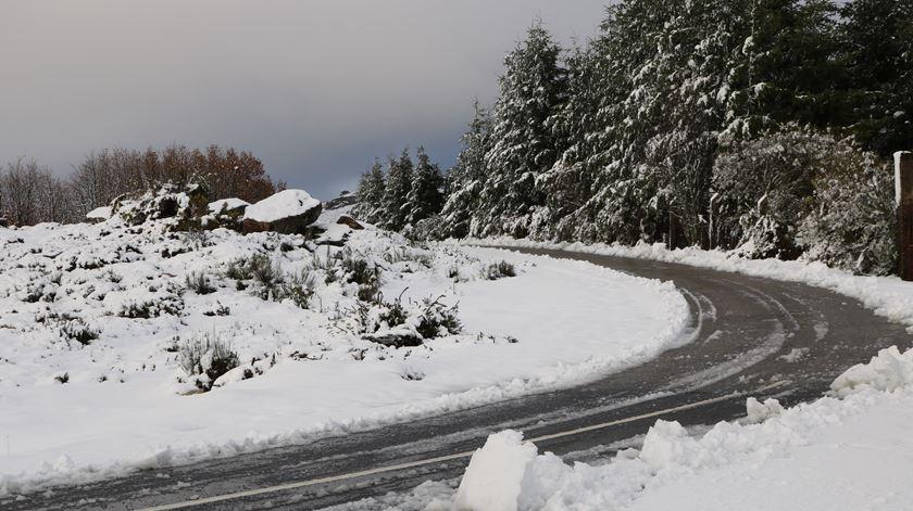 Primeiro nevão da época bem recebido em Montalegre, após meses de seca