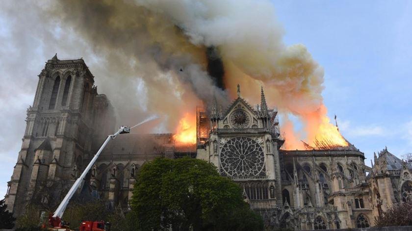 O incêndio de Notre Dame em Paris visto pelas redes sociais