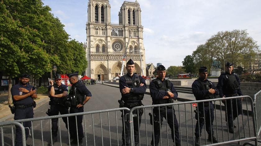 Catedral de Notre Dame. Curto circuito é a causa mais provável do incêndio