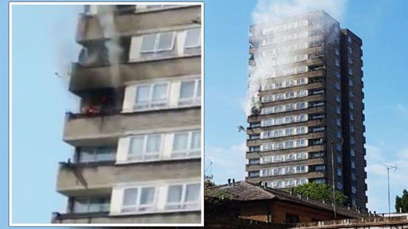 Londres. Incêndio em prédio junto à Torre de Grenfell